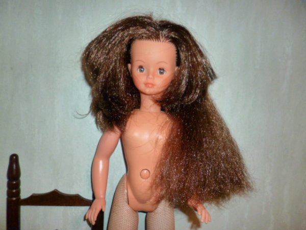 une magnifique cathie.....des cheveux très solides et top !!! les bas ont des reprises
