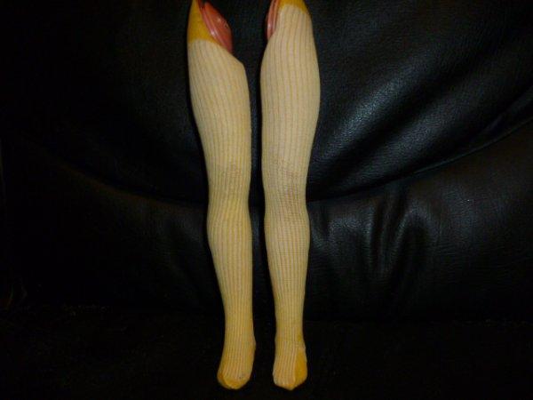 des jambes de cathie qui ont été recollées et qui sont très fragiles (ne pas les plier) avec des bas neufs bella