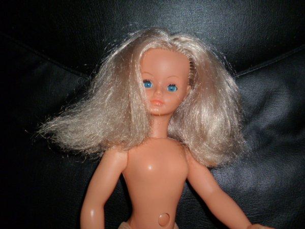 une petite blondinette...de jolis cheveux blonds, une écaille sur une paupière et quelques reprises sur les bas ...