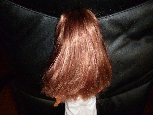 une cathie relookée avec une tenue et des chaussures d'origines ! les lèvres ont éte recolorées, les cheveux sont un peu méchés : très joli rendu !