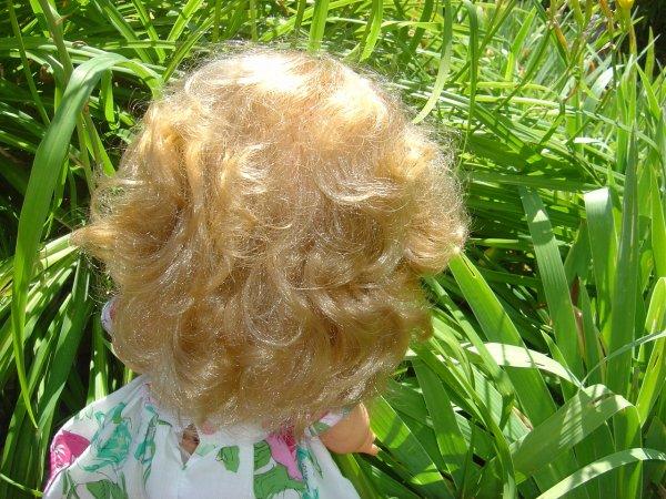 une petite jesmar (enfin petite : elle mesure plus de 40 cms la demoiselle) ...des cheveux magnifiques, normalement elle doit marcher et parler ....
