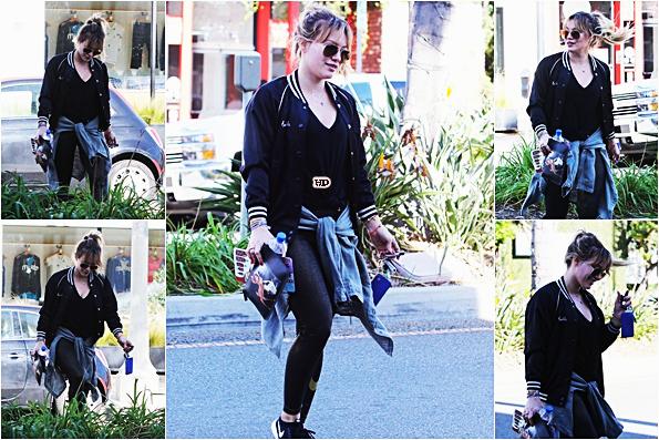 . ♦♦ ► 22 Décembre 2016 : Hilarya été faire des courses seule dans le quartier Studio City à Los Angeles. ■Sa tenue est très foncée c'est bien dommage d'autant plus qu'elle n'affiche pas son joli sourire ... Elle reste tout de même sublime.■ .