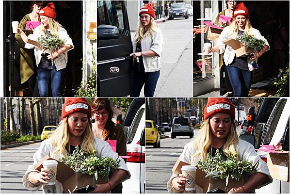 . ♦♦ ► 13 Janvier 2017 : Hilary Duffest allée acheter des fleurs chez« Wildflora» dans Studio City, L.A. ■Hil' est assez simple sur ce candid mais j'aime beaucoup. Sa tenue est plutôt pas mal, même si je ne suis pas adepte aux bonnets.■ .