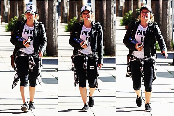 . ♦♦ ► 29 Janvier 2017 : Hilaryet Matthewse sont baladés dans Melrose Place en amoureux, Los Angeles. ■Hilary et Matt sont devenus inséparables, ça fait plaisir de les voir aussi heureux. Côté tenue, Hil' est habillée simple mais j'adore.■ .