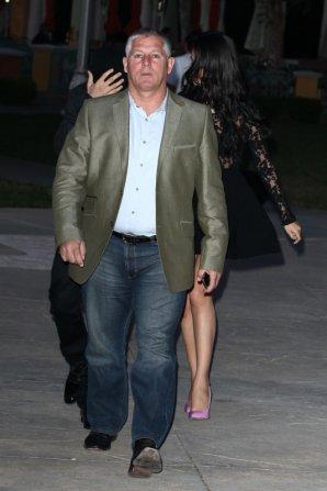 28/05/12: Selena & Justin quittent un restaurant à Calabasas.