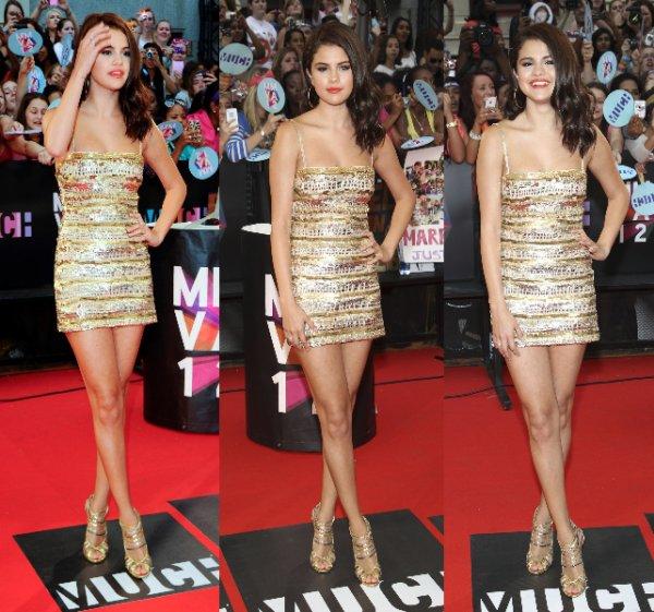17/06/12: Selena était aux Much Music Awards vêtue d'une belle robe dorée puis elle a troqué sa robe contre un petit short pour monter sur scène.