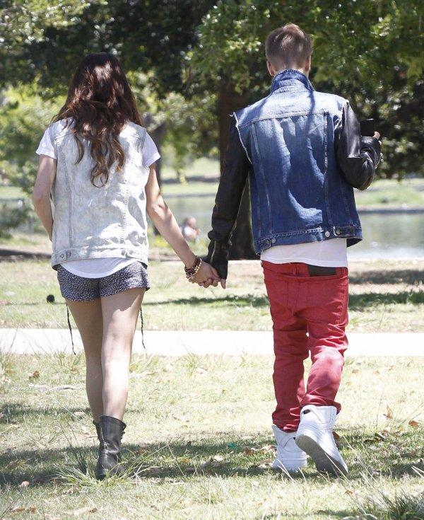 30/06/12: Jelena et un ami se promènent près du lac Balboa en mangeant une glace.