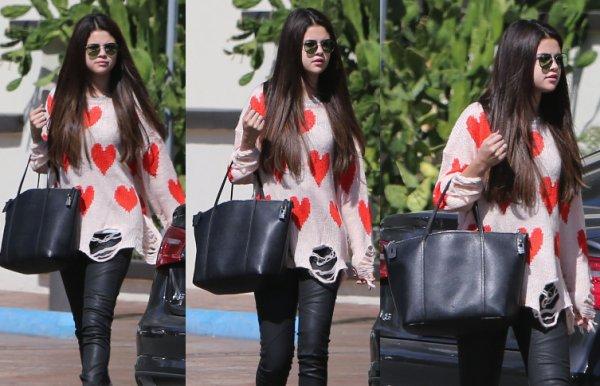 19/10/12: Selena était à l'aéroport de LAX.