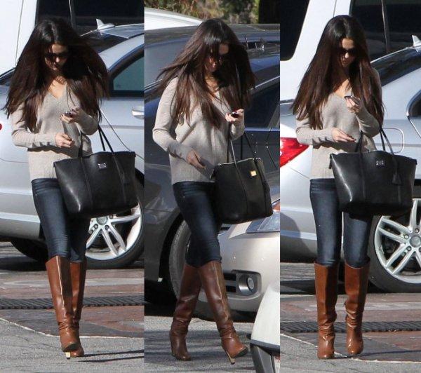 04/12/12:  Selena quitte un centre médical.