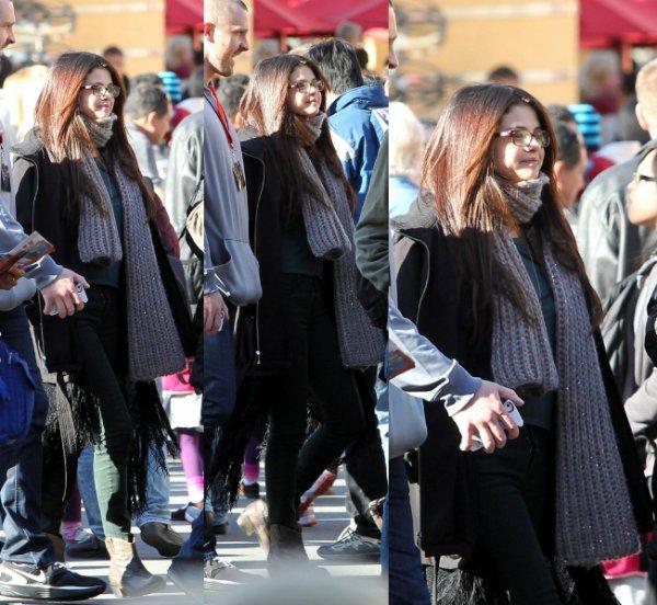 05/01/13: Selena à l'aréoport de Lax à Los Angeles.