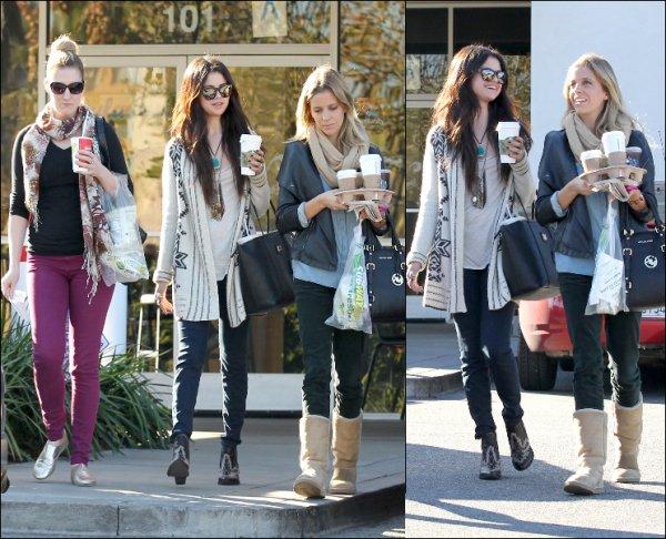 17/01/13: Selena a été apercu à l'aéroport de Lax et à JFK.
