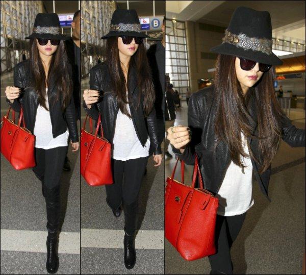 15/02/13: Selena a été aperçue arrivant à l'aéroport LAX.
