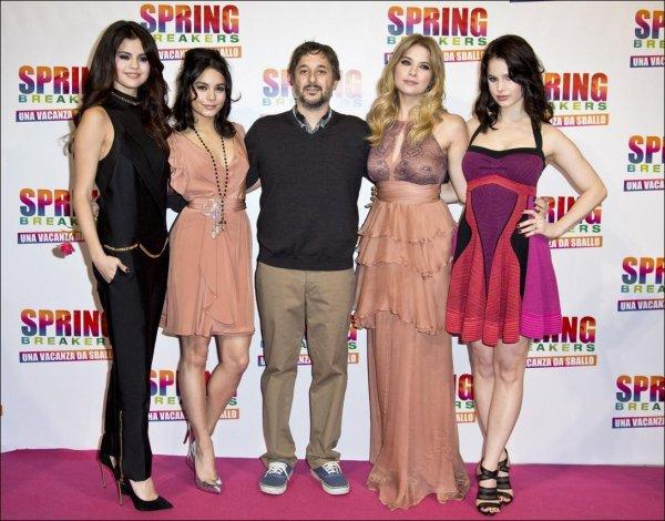 Le 21/02/13: Selena et le cast à la première du film Spring Breakers en Italie.