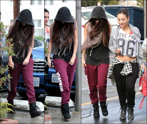 Le 08/03: Selena a été vue se rendant dans un studio de danse avec des amies.