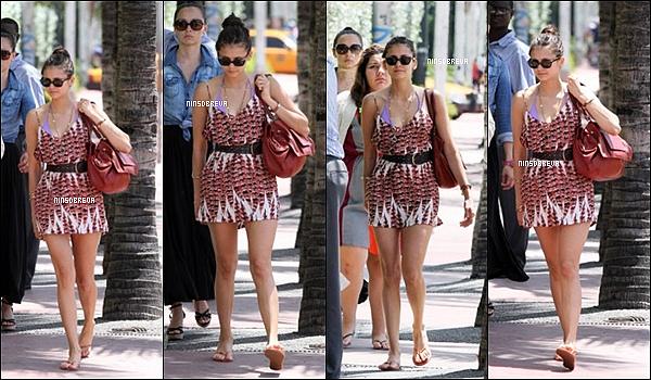 . 19/08/12 : Nina Dobrev, à été vue se promenant dans le quartier de South Beach à Miami.. Nina était toute souriante. Je trouve sa robe très simple, mais super jolie, des sandales superbes.Top ou Flop ? .