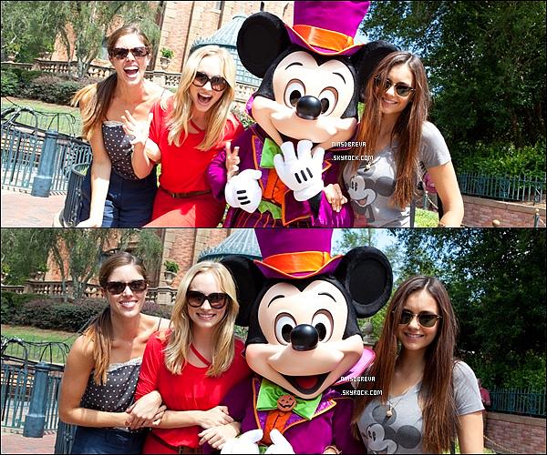. 01/09/12 : Nina, Candice, Kayla ont été vue passant la journée à DisneyLand en Floride .. Nina était absolument magnifique, gros coup de coeur pour son tee-shirt! Elles avaient l'air de s'amuser! Top ou Flop ? .