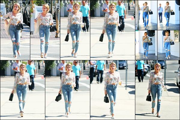 29.09.2017 ─ Emma Roberts a été photographiée, alors, qu'elle quittait un immeuble étant dans Los Angeles, CA.C'est avec son sac et portable à la main que la belle a été photographiée dans les rues en Californie. Concernant sa tenue, c'est un beau top de ma part !