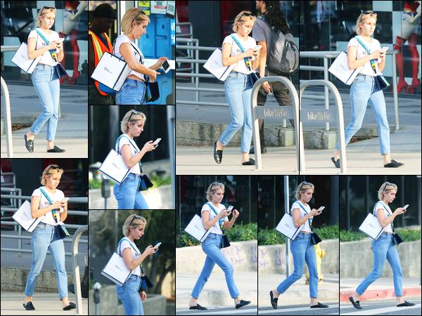 25.09.2017 ─ Emma Roberts a été photographiée, alors, qu'elle faisait du shopping, dans Los Angeles, Californie.Et la voilà de retour après trois jours sans nouvelles... Nous avons peu de photos mais Emma R. est très jolie comme d'habitude. C'est un très beau top !