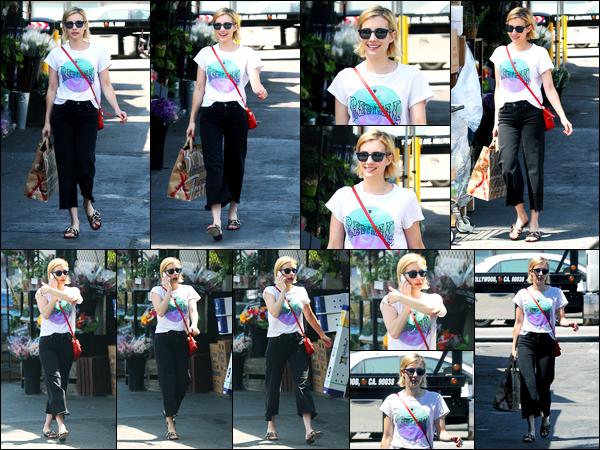 31.08.2017 ─ Emma Roberts a été vue, alors, qu'elle quittait le magasin « Bristol Farms » dans le West Hollywood.La belle enchaîne les sorties en ce moment, cette fois-ci, sac à la main, la belle a fait quelques courses. Concernant sa tenue, c'est un beau top pour moi.