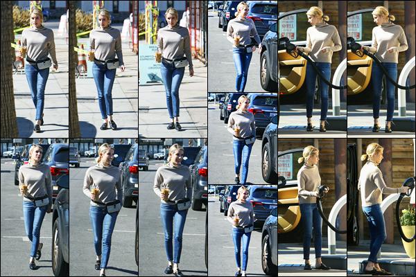 -20/02/2018- ─ Emma Roberts a été photographiée alors qu'elle quittait le café « Alfred Coffee » étant dans Los Angeles.La belle blondinette est donc rentrée de Londres pour revenir chez elle en Californie ! C'est dans une tenue toute simple mais très jolie qu'elle a été vue.
