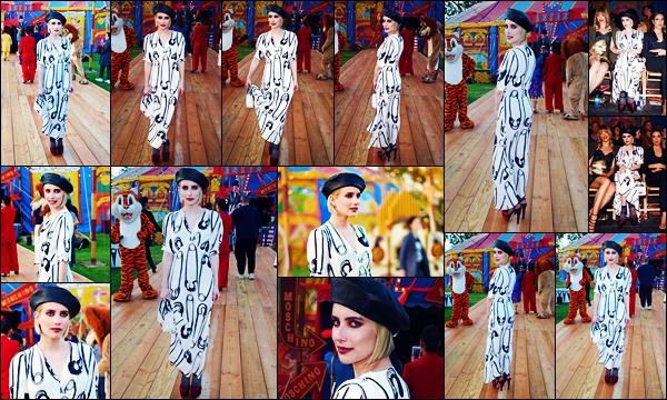 -08/06/2018- ─ Emma Roberts a était présente au défilé de la marque « Moschino » au centre équestre dans Los Angeles.Après quelques temps sans nouvelles de notre superbe actrice Emma, la revoilà de retour ! Concernant sa tenue, c'est originale, mais je n'aime pas trop.