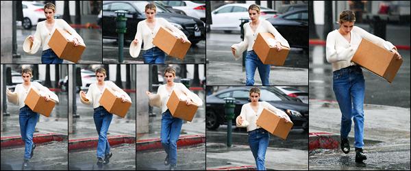 -22/03/2018- ─ Emma Roberts a été photographiée, alors, qu'elle venait de récupéré un colis sous la pluie à Los Angeles !La belle actrice Emma Roberts continue les sorties en ce moment et ça fait plaisir ! Concernant sa tenue, c'est un jolie top de ma part. Et vous, vos avis ?