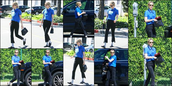 -15/03/2018- ─ Emma Roberts a été photographiée, alors, qu'elle déambuler dans les rues, avec des amis, à Beverly Hills !La belle actrice Emma Roberts en compagnie de ses amies dans les rues de Beverly Hills en Californie. Concernant sa tenue, c'est un petit top de ma part