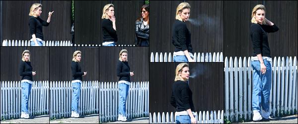 -14/03/2018- ─ Emma Roberts a été photographiée alors qu'elle déambuler dans les rues en fumant étant à Los Angeles !La belle actrice Emma Roberts en compagnie d'une amie profitait du soleil de Los Angeles pour se promener... Concernant sa tenue, un flop de ma part.