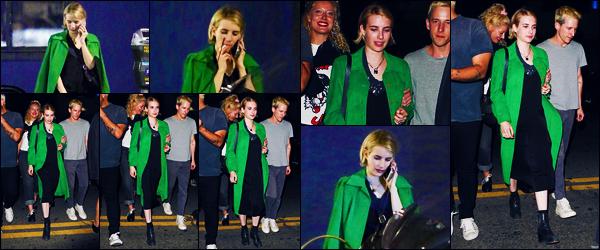-14/06/2018- ─ Emma Roberts a été photographiée, alors, qu'elle se promenait en ville avec des amis, dans Los Angeles !C'est avec un manteau vert assez flash que la sublime actrice Emma se promenait avec ses amis. Concernant sa tenue, c'est un petit bof pour ma part !