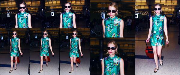-03/07/2018- ─ Emma Roberts a été photographiée, alors, qu'elle arrivait à l'aéroport de « LAX » étant dans Los Angeles !La belle blondinette Emma est donc rentrer en Californie après un court séjour à Paris pour la fashion week ! Concernant sa tenue, c'est un très beau top.