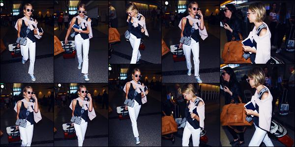 -27/06/2018- ─ Emma Roberts a été photographiée, alors, qu'elle arrivait à l'aéroport de « LAX » étant dans Los Angeles !La belle blondinette Emma s'est donc envolée pour une destination encore inconnue, nous le serons bientôt ! Concernant sa tenue, c'est un top pour moi.