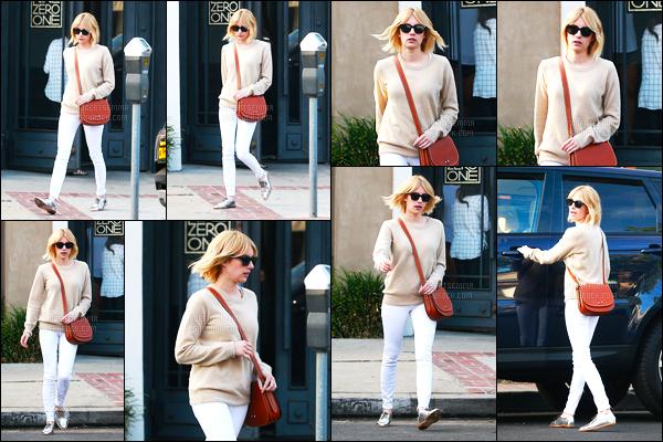 10.06.2016 ─ Emma Roberts a été photographiée alors, qu'elle quittait  le Nine Zero One dans le West Hollywood.La magnifique actrice E. a donc coupée ces cheveux puis a changer sa couleur pour revenir au blond ! Elle est tellement belle en blonde, c'est un top !