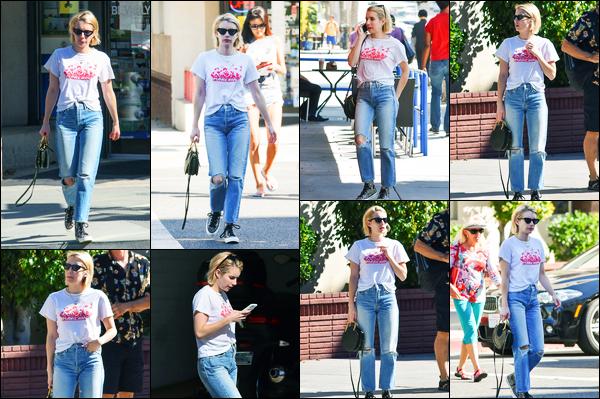 17.10.2017 ─ Emma Roberts a été photographiée, alors, qu'elle se promenait dans les rues dans Los Angeles, CA.Après quelques jours sans nouvelles de la belle blondinette, la revoilà. Concernant sa tenue, jolie top tout simple de ma part ! Et vous, dites moi vos avis.