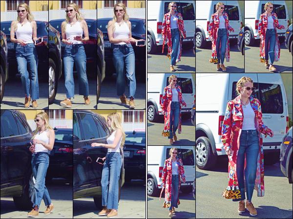- ''•-11/09/18-' : Emma Roberts a été aperçue alors qu'elle se trouvait dans une station à essence à Los Angeles. De retour de la Grosse Pomme, l'actrice passait du temps dans la ville, en compagnie de sa petite s½ur. Niveau tenue, c'est un petit top ! -