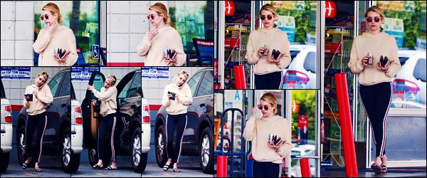 -05/09/2018- ─ Emma Roberts a été photographiée alors qu'elle était à une station service qui se situe dans Beverly Hills.C'est cette fois-ci, toute seule, que nous retrouvons - Emma R. - sortant de la station service ! Concernant sa tenue, c'est un très jolie top pour ma part !