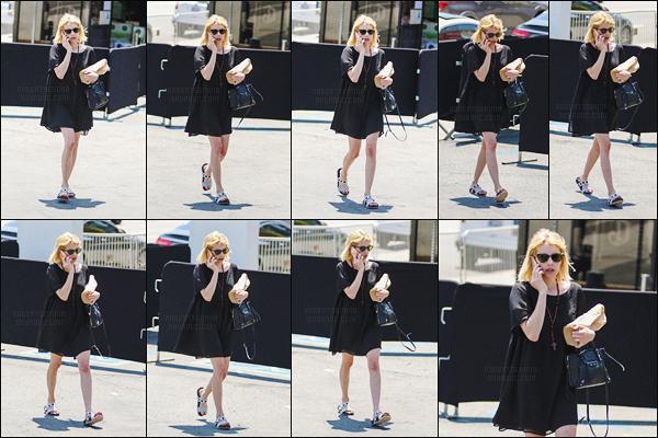 24.06.2016 ─ Emma Roberts a été photographiée, pendant, qu'elle quittait Liquor store, dans le West Hollywood.La magnifique actrice a été photographiée après avoir fait quelques courses. Concernant sa tenue, Emma porte bien la robe mais je n'aime pas trop !