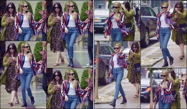 - ''•-10/09/18-' : Emma Roberts a été photographiée, lorsqu'elle se trouvait avec des amies, situé à New York. C'est donc dans l'une des nombreuses rues de la ville de New York, arborant une tenue décontractée pour cette occasion. Un petit top ! -