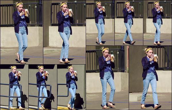 - ''•-18/10/18-' : Emma Roberts a été aperçue en quittant un café « Starbucks Coffee », dans quartier de Los Feliz. C'est à nouveau seule que nous retrouvons l'actrice américaine, qui quittait à nouveau un des cafés de la ville. Je lui accorde un petit top. -