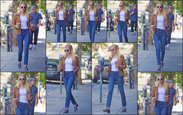 - ''•-10/10/18-' : Emma Roberts a été photographiée en quittant un café, se trouvant dans la ville de Los Angeles. Les deux mains chargées de boissons, la belle blonde semblait ensuite regagner sa voiture, pour rentrer à son logis ou se rendre ailleurs ! -