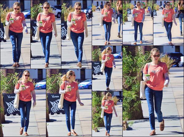 - ''•-09/10/18-' : Emma Roberts quittait le café « Alfred's Coffee » accompagnée de sa petite soeur à Los Angeles. Ayant été très discrète pendant quelques jours, l'américaine est de retour dans les rues de Los Angeles, avec un look des plus détendus ! -