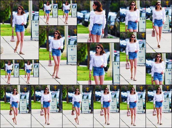 - ''•-14/04/19-' : Emma Roberts a été photographiée, alors, qu'elle se trouvait, dans les rues, dans Los Angeles ! La belle actrice est apparue sous le soleil de Los Angeles pour se promener un peu ! Concernant sa tenue, c'est un petit top de ma part ! -