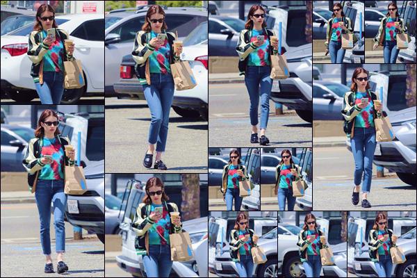 - ''•-18/04/19-' : Emma Roberts a été aperçue lorsqu'elle quittait le « Blue Bottle Coffee » se situant à Los Angeles. Un verre à la main, nous retrouvons la jeune actrice à la sortie du commerce, se dirigeant vers le stationnement pour regagner sa voiture. -