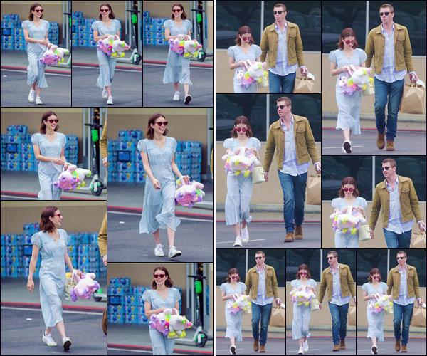 - ''•-21/04/19-' : Emma Roberts a été photographiée en compagnie de son petit ami Garrett H. dans Los Angeles. Le couple semblait faire quelques achats à l'occasion de la célébration de la fête de Pâques, qui se déroulait le jour même de cette sortie ! -