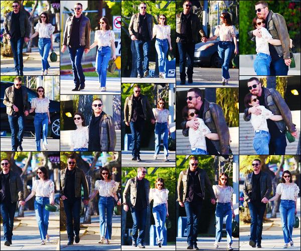 - ''•-10/04/19-' : Emma Roberts a été photographiée, alors, qu'elle se trouvait, dans les rues, dans Los Angeles ! La belle actrice Emma était en compagnie de son petit-ami, ils ont l'air très amoureux ! Concernant sa tenue, c'est un jolie top de ma part -