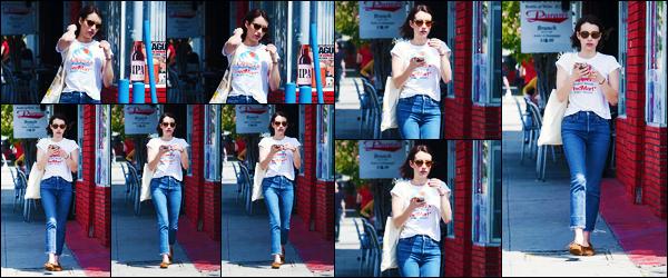 - ''•-09/04/19-' : Emma Roberts a été photographiée, alors, qu'elle se trouvait, dans les rues dans Los Angeles ! La belle actrice E. a donc repris son petit rituel dans la cité des anges. Concernant la tenue de celle-ci, c'est un très jolie top de ma part ! -