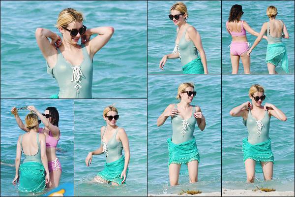 12.07.2016 ─ Emma Roberts a été photographiée, alors, qu'elle profitait du bon temps, sur la plage, dans Miami.Le maillot de bain de Emma Roberts n'est pas top à mon goût, je n'adhère pas trop. La belle actrice s'est rendue à l'émission « Despierta America ».