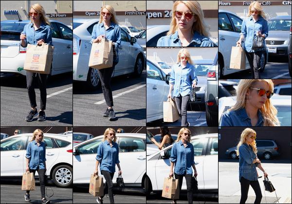 17.07.2016 ─ Emma Roberts a été photographiée alors qu'elle se promenait, dans les rues, dans Los Angeles, CA.La magnifique actrice était vêtue d'une tenue décontracté mais très jolie, j'adore sa chemise en jean, je suis fan ! C'est donc un top, pour moi, avis ?