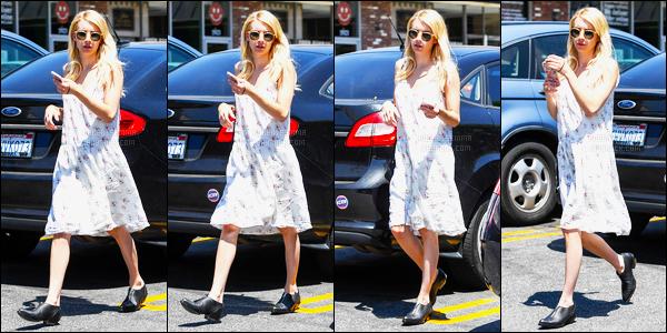 20.07.2016 ─ Emma Roberts a été photographiée pendant, qu'elle arrivait à oaks gourmet market, étant, à Féliz.Nous n'avons pas beaucoup de photos de l'actrice lors de cette sortie... Concernant sa tenue, c'est un top de ma part, j'aime beaucoup ces lunettes  !