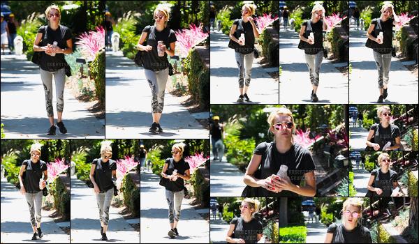 11.08.2016 ─ Emma Roberts a été photographiée alors qu'elle se promenait, dans les rues dans West Hollywood.Emma R été vêtue d'une tenue de sport. Son legging est vraiment très jolie à mon goût, le top est simple. Mais sa tenue est top pour ma part, vous?