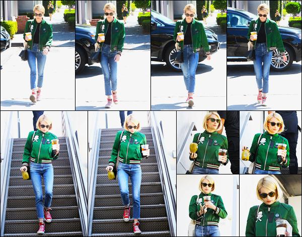 17.08.2016 ─ Emma Roberts a été photographiée alors qu'elle quittait le Nine Zero One, dans le West Hollywood.Emma R. a ressorti sa veste verte, dont je ne suis réellement pas très fan. Donc mise à part la veste, sa tenue est plutôt jolie. C'est un bof pour moi.